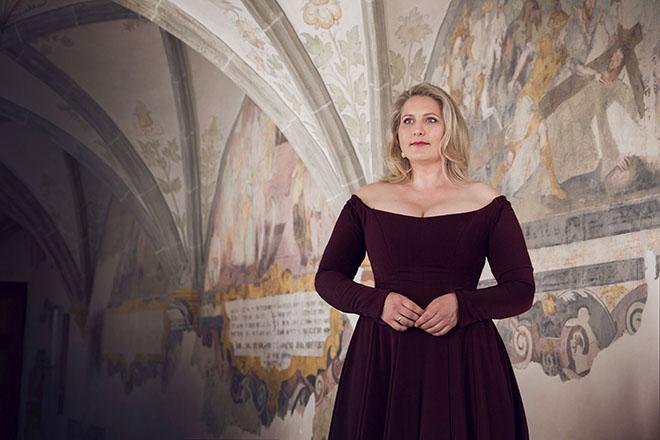 Mezzosopranistin Okka von der Damerau singt von Wagner bis zu englischsprachigen Weihnachtsliedern ein vielfältiges Repertoire 'hart am Rande des Kitsch, aber schön!', wie sie selber sagt. Perfekt zu Weihnachten! Fotocredit: Mathias Leidgschwender