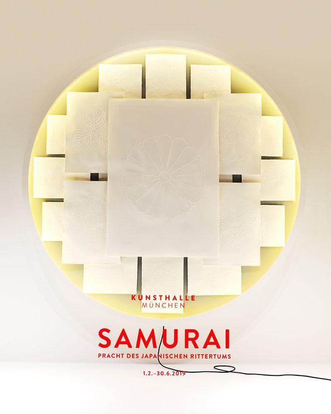 Fabian Gatermann kreiert mit seinen feinsinnigen Papierarbeiten in dem für alle sichtbaren Schaufenster in der Münchner Innenstadt eine Ergänzung zur Samurai-Ausstellung in der Kunsthalle. Rechts: Seine Papierprägezeichnungen von japanischen Mon-Zeichen auf Büttenpapier