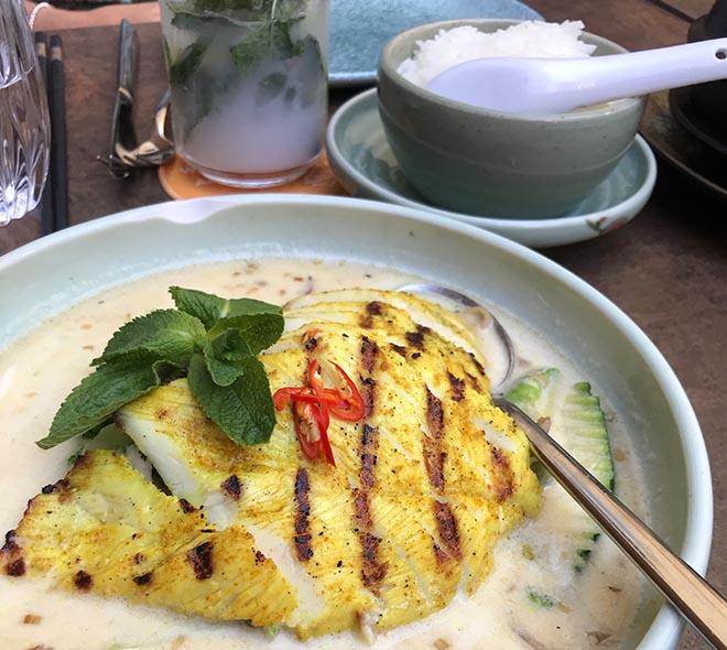 Shimais 'Coconut Grilled Chicken': Kurkumahuhn mit Bird-Eye-Chili mit Gemüse und Zitronengrassauce. Das 'Red Curry'-Gericht zählt zu den milden Gerichten.