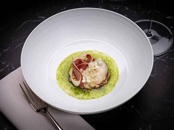 Foto: Gericht aus der aktuellen Restaurant Alois Karte: Auster, Kalbszunge, Meerrettich