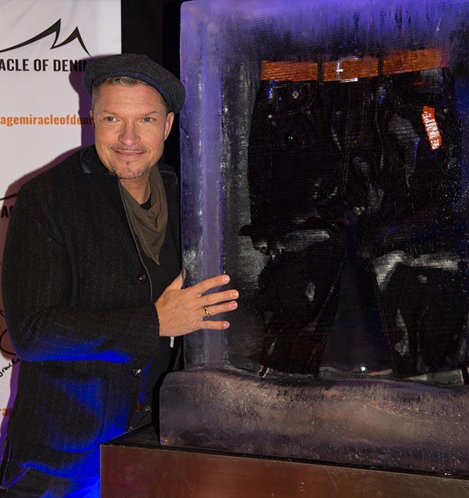 Jeans im Eisblock: Hardy Krüger Jr. stellt sein Jeans-Charity-Projekt in München vor. Fotocredit: Stefan Knauer / Miracle of Denim