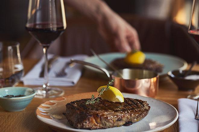Wie der Restaurant-Name bereits verrät gibt es im neuen Restaurant Grillroom bestes Steak. Fleisch-Sommeliers beraten den Gast. Fotocredit: Ende Suenni