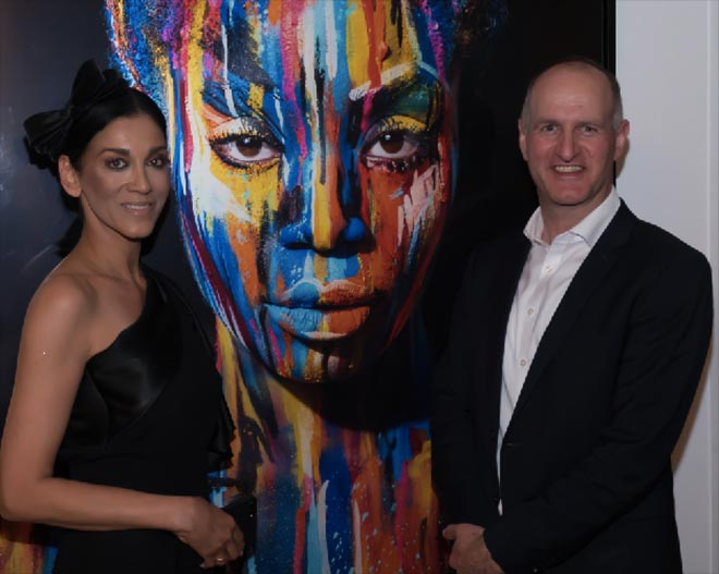 Künstlerin Afsaneh Nagy mit Le Méridien München Hoteldirektor Frank Beiler.