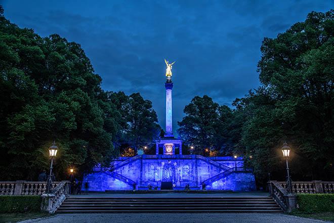 Der Friedenengel erstrahlt in Europablau! Eben Europawahl auf münchnerisch! Fotocredit: Harry Meister