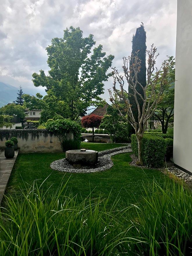 Der Blick von der Giardino-Suite in den Garten vom Hanswirt in Südtirol