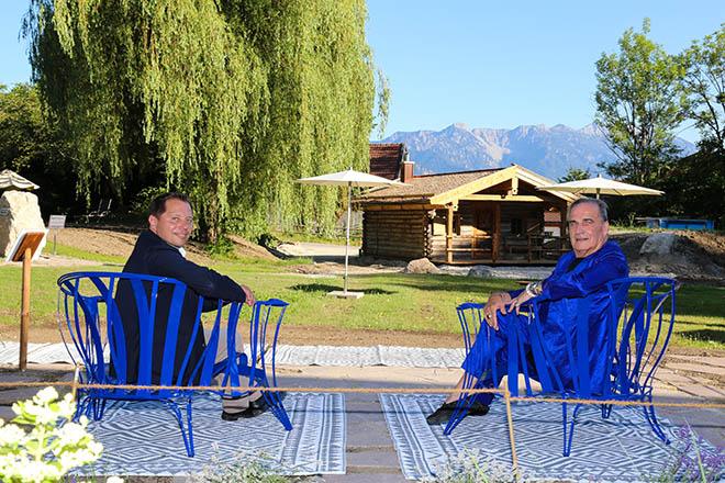 Premiere für das Hotel Alpenhof Murnau: Zwei exklusive Garden Chairs von Designer Carlo Rampazzi