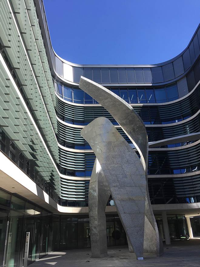 """Skulptur """"The Wings"""" des Architekten und Künstlers Daniel Libeskind. Die Skulptur stellt mit ihrem Standort direkt am Oskar-von-Miller-Ring in München einen sichtbaren Bezugspunkt auf der neuen Verbindungsachse zwischen Innenstadt und Museumsviertel her."""