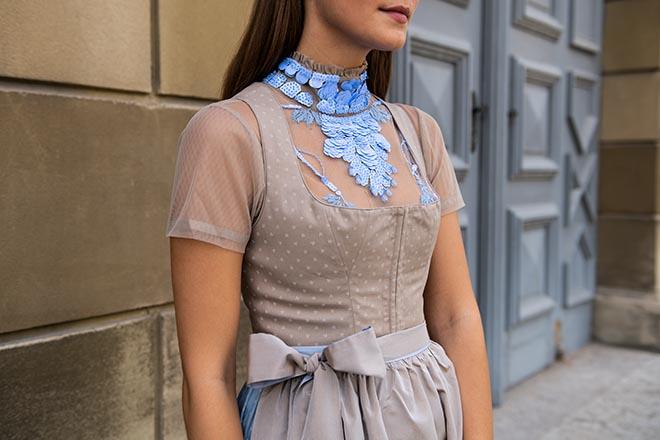 Die Münchner Influencerin Nina Schwichtenberg trägt ein Dorothee Schumacher Dirndl, welches es exklusiv beim Münchner Trachtenexperten LODENFREY gibt!