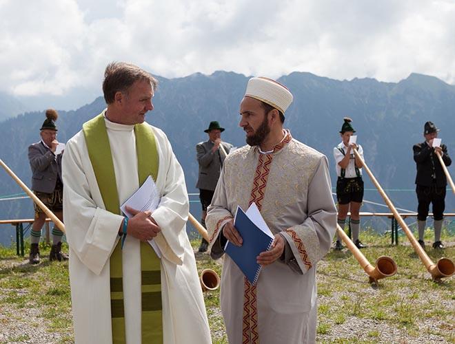 Religionsvertreter beim ersten OBADOBA Interreligioser Gipfeldialog Mitte Juli auf dem Fellhorn. Fotocredit: Anja Schäfer