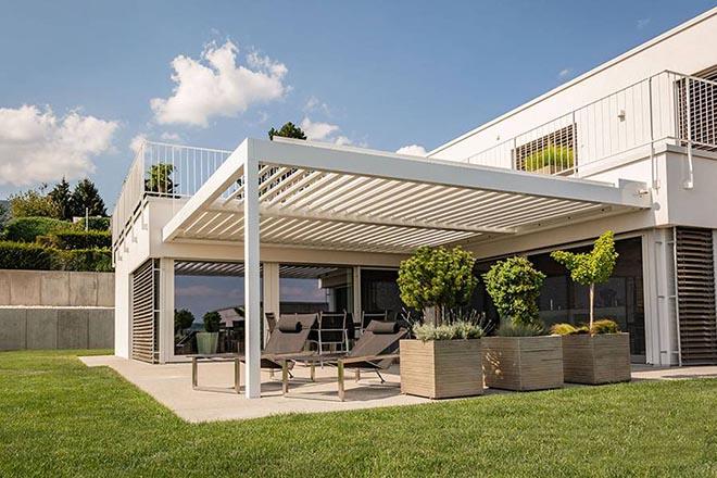 Fest montierte Pavillon bieten auf Terrasse und Freisitz Schutz vor unangenehmer Sonnenhitze oder Regen. Besonders clever sind formschöne Pavillons mit modularem Dachsystem und komfortablen Erweiterungsmöglichkeiten. Bild: tdx/Klaiber Markisen