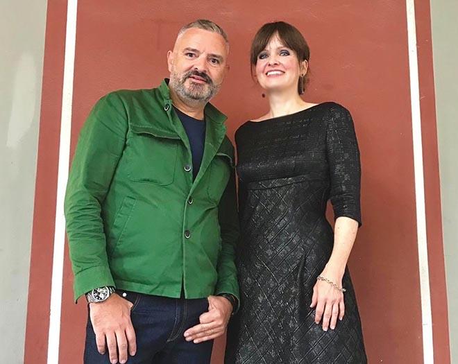 Modeschöpfer Adrian Runhof, Kunsthistorikerin Dr. Sonja Lechner auf der Terasse der Galerie in den Hofgartenarkaden