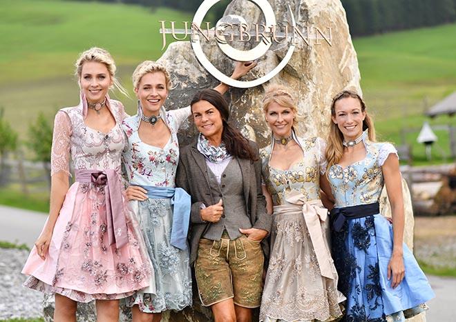 Ulrika Gutheinz vom Hotel Jungbrunn in Tannheim in Tirol, wo das Fotoshooting stattfand,fiel mit Lederhose aus der Reihe.