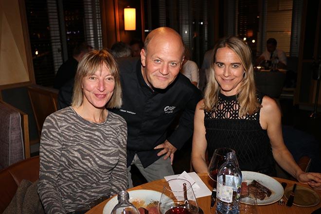Hier erklärt uns (Yvonne Wirsing li. und Andrea Vodermayr re.) Fleischveredler Olivier Metzger sein Fleisch: Flank Steak, Rib Eye und Filet.