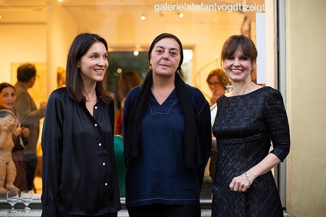Galeristin Felicitas Vogdt und Künstlerin Aurore de la Morinerie mit Kuratorin Dr. Sonja Lechner