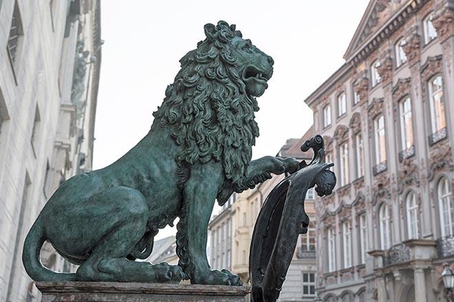 Die beiden Löwen vor der Residenz gehören zu den vier Glücks-Denkmälern, an welchen auch jede Menge Bakterien haften. Fotocredit: