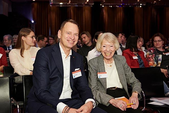 Betten Rid CEO Robert Waßolek mit Helga Rid. Mit ihrem Ehemann gründete sie vor 30 Jahren die Rid Stiftung. Fotocredit: Jan Schmiedel