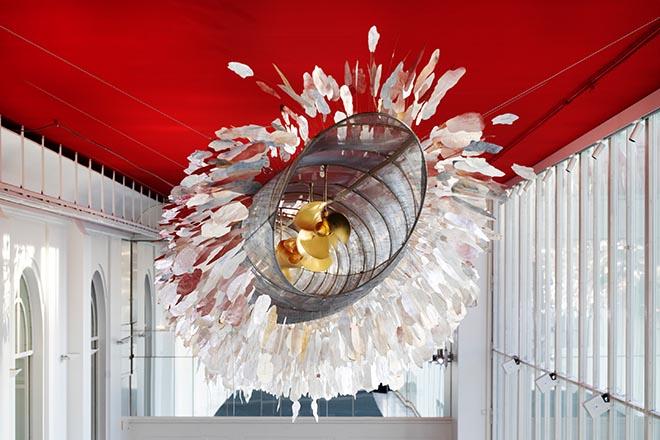 «Silver Cloud» von Ingo Maurer im Foyer «Zur Schönen Aussicht», Residenztheater 2019 © Simon Koy