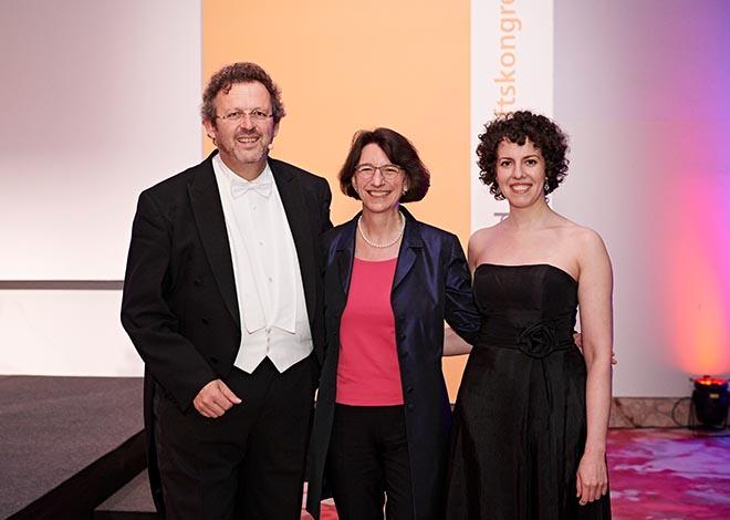 Stiftungskongress-Gäste Chefdirigent der Bayerischen Philharmonie, Mark Mast - hier mit Stiftungsvorständin Michaela Pichlbauer und Pianistin Katharina Khodos. Fotocredit: Jan Schmiedel