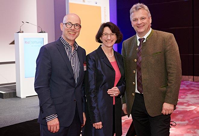 Rid Zukunftskongress (v.l.n.r.): Prof. Dr. Klaus Gutknecht (elaboratum), Michaela Pichlbauer (Rid Stiftung) mit Roland Weigert (Staatssekretär). Fotocredit: Jan Schmiedel