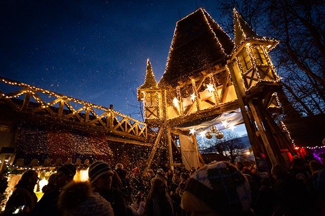 Ein Eingang wie im Märchen: Der Christkindlmarkt auf Schloss Kaltenberg ist einfach nur zauberhaft und gehört zum Pflichtprogramm in der Vorweihnachtszeit! Fotocredit: KWincha