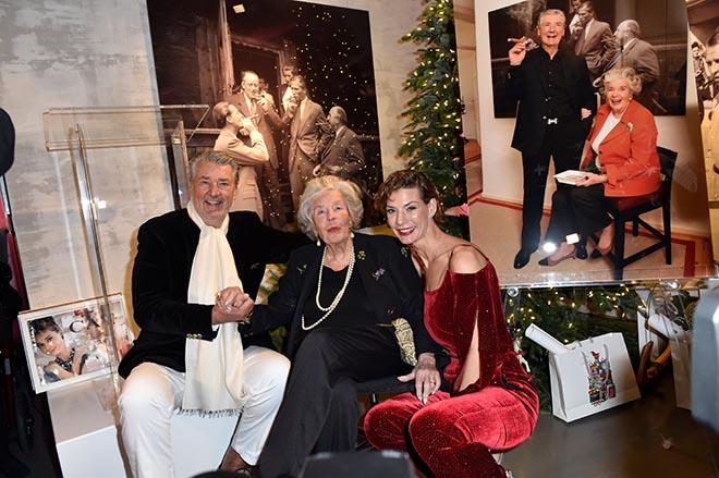 Dirk Kronsbein, Manni zu Sayn Wittgenstein und Sarah Kronsbein anlässlich der Christmas Benefiz Ausstellungseröffnung in der Galerie Kronsbein, München. Foto: BrauerPhotos/S. Brauer