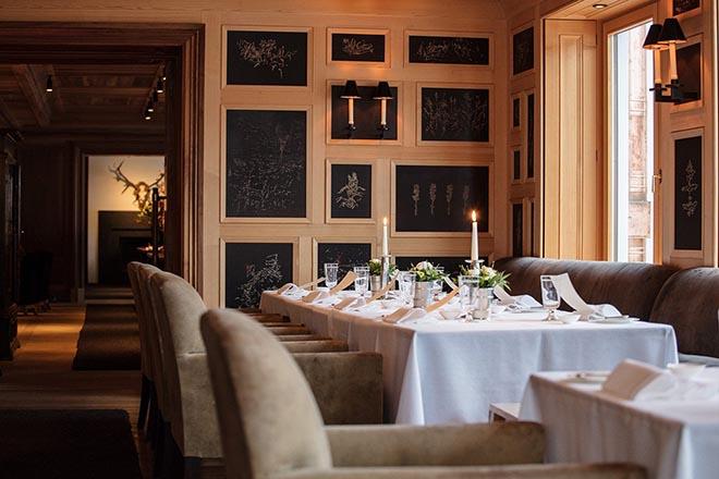 Für das Almhof Restaurant hat der Künstler Christian Thanhäuser ein Holzschnitt-Herbarium geschaffen. Fotocredit: Klaus Vyhnalek
