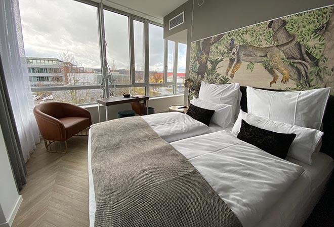 Edle Designmarken und Dschungel-Bilder von der dt. Künstlerin Romina Rosa findet man in jedem der 114 Hotel NINETYNINE Zimmer und Suiten.