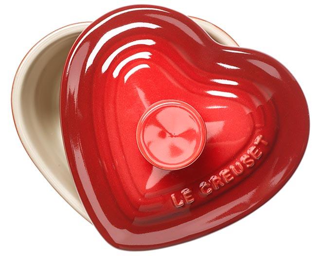Auch für alle Küchenfeen gibt es passende Valentinstagsgeschenke: Die legendären Keramikförmchen von Le Creuset sind auch als Herz erhältlich (16,05 Euro).