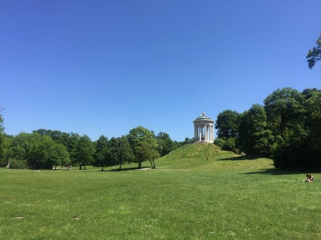 Lebensqualität in München: Der Englische Garten ist Europas größter Park, wo man natürlich gut Spazierengehen kann, aber auch Waldbaden mitten in der Stadt!