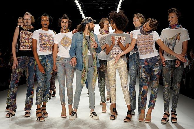 Johny Dar mit seinen Jeans-Models auf der Berliner Fashion Week. Secondhand Jeans Projekt. Fotocredit: Johny Dar