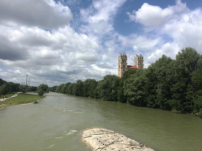 Wasser wirkt sich nachweislich positiv auf die Gesundheit aus. In München kann man kilometerweit an der Isar entlang laufen. Hier kommt man auch an ein paar gemütlichen Wirtschaften vorbei.