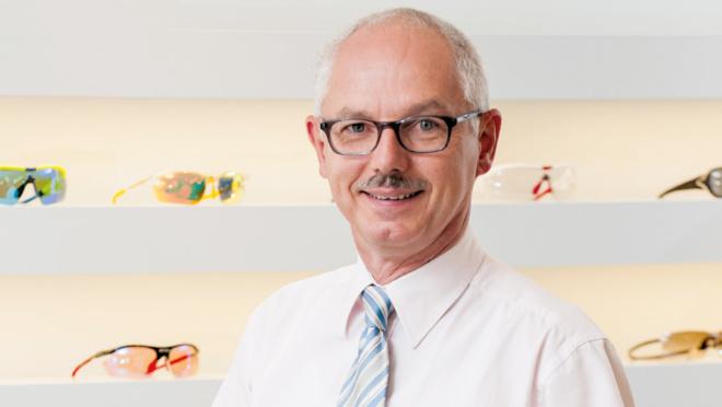 Ausgewiesener Experte: Optiker Klaus Böhm über Blaulicht. Fotocredit: green Magazin