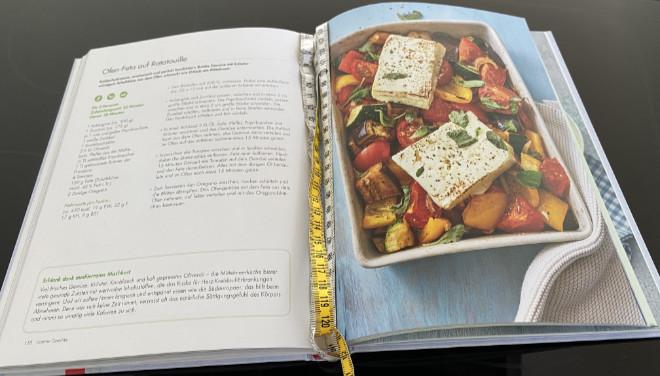 Die 60 Rezepte sind jeweils mit Beschreibung und Bild im Buch '1.000 Ausreden zum Abnehmen' dargestellt. Beispiels-Seite 118: Ofen-Feta auf Ratatouille