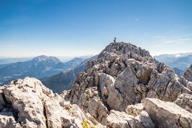 Der Hochkalter in den Berchtesgadener Alpen ist mit 2.607 Metern einer der höchsten Berge Deutschlands. Im Hintergrund die Nordflanke des Watzmann, rechts das Steinerne Meer. Bildnachweis: Berchtesgadener Land Tourismus/Florian Schönbrunner