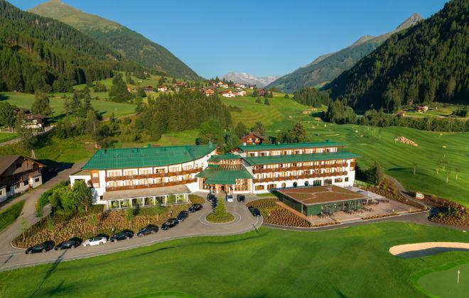 Eine ganze Flotte hoteleigener, nagelneuer Porsche 911 Carrera Cabrios steht für die Hotelgäste bereit. Fotocredit: Defereggental Hotel Hamacher Hotels