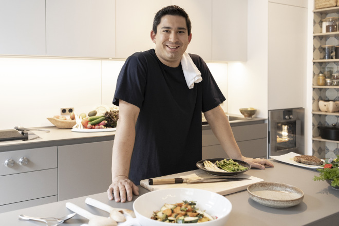 Umai! Gaggenau Markenbotschafter Tohru Nakamura kocht zuhause. Die luxuriösen Kücheneinbaugeräte haben den Spitzenkoch so begeistert, dass er sie sich in seine private Küche einbauen ließ. Foto: Gaggenau