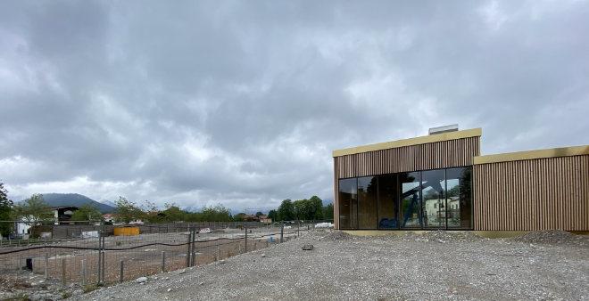 Die Adrianus Pumpe ist vis-a-vis vom neuen Gesundheitszentrum. Auf dem Baustellengelände soll ein Hotel entstehen.