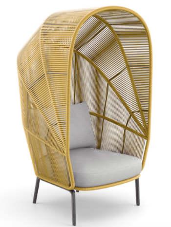 Klare Linien aus Licht und Schatten zeichnen den Cocoon Sessel aus der RILLY Kollektion aus. Copyright: DEDON