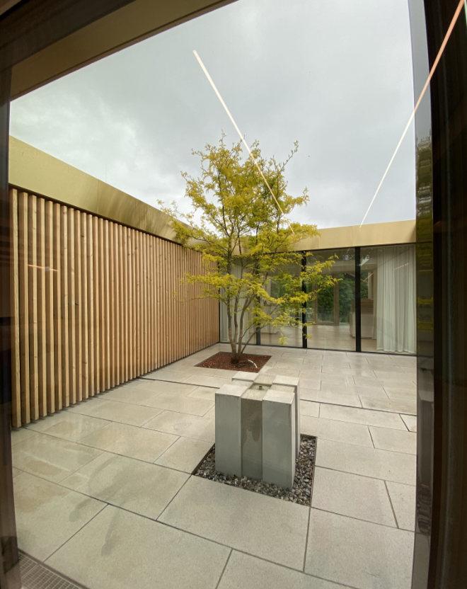 Bereits das Atrium (Eingangsbereich Gesundheitszentrum) direkt hinter dem Empfang gibt den Blick zur Lounge frei.