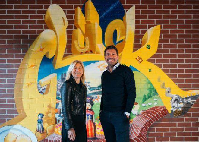 """Die Geschwister Sabrina und Alessandro Gambino in der Lobby ihres neuen Hotels im Münchner Werksviertel vor der Arbeit """"Das Glück"""" des Graffiti-Künstlers Loomit. (Bild: gambino consulting/Oliver Florian gambino hotels"""