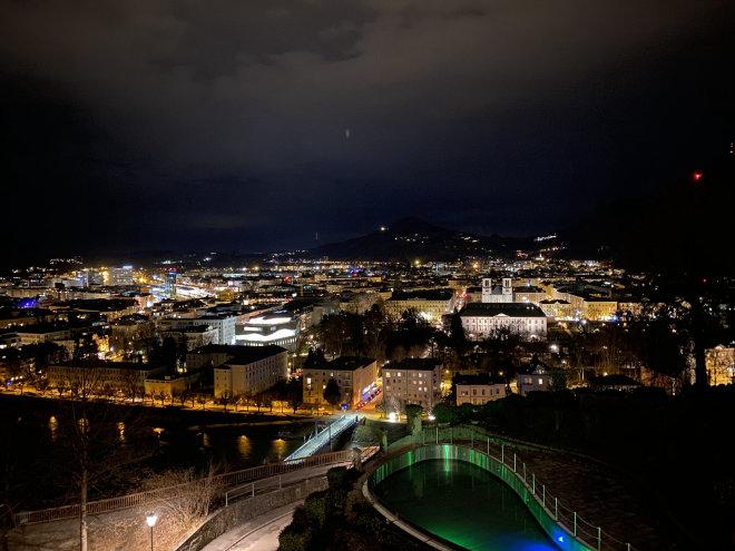 Traumhafter Nachtblick auf Salzburg. Vom neuen Infinity-Pool (grün beleuchtet!) hat man eine weitere Perspektive auf die Mozartstadt.