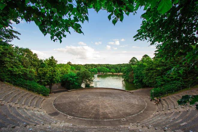 Die Seebühne ist am Nordufer ein halbrundes Amphitheater aus Naturstein und gilt als einer der schönsten Open Air Veranstaltungsorte mit 1.200 Plätzen. Perfekt für Open-Air-Kino Kino, Mond und Sterne