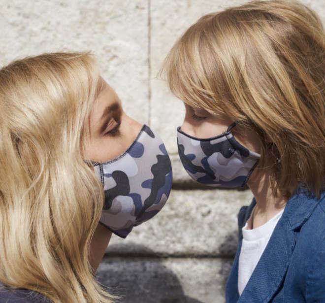 Die reversible vikyrader-Maske ist in zwei Größen (für Erwachsene und Kinder) erhältlich. Gesehen bei lodenfrey.com