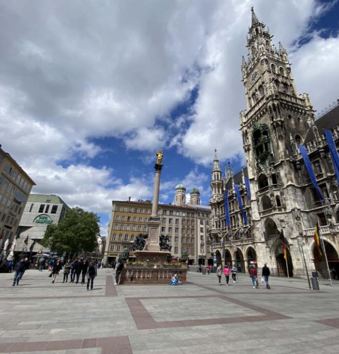 Quarantäne und Lockdown ließen München still stehen. Das Bild zeigt den Marienplatz lang nach dem Lockdown. Langsam kommen die Touristen wieder zurück!