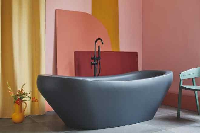 Die freistehende Badewanne kann Durch höchste Präzision im Fertigungsprozess können persönliche Kundenwünsche bezüglich Strukturen, Muster, Farben und Oberflächen problemlos realisiert werden.