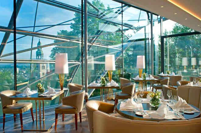 Eine spektakuläre Glaskonstruktion überspannt das neue Restaurant 'The Glass Garden'.