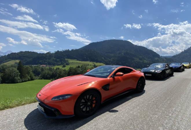 Aston Martin Konvoi auf dem Weg zum Jochberg. Sehr auffallend: Aston Martin Vantage Coupe in der Farbe Cosmos Orange
