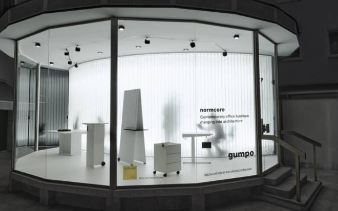 Außergewöhnlich inszeniert: Relvãokellermann präsentiert im Böhmler Pavillon einzelne Büromöbel aus der Normcore Kollektion wie in einer White Box. Copyright: gumpo