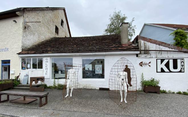 Auszeit Murnau: Im Ku Haus mitten in Murnau startet die außergewöhnliche Kunst- und Kulinarik-Tour als kleine Auszeit Murnau. Die beiden Figuren halten den obligatorischen Corona-Sicherheitsabstand.
