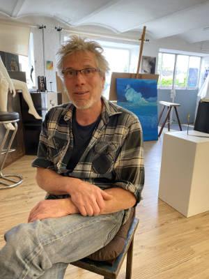 Der Murnauer Künstler Marc Völker im Murnauer KUhaus, was als Atelier, Verkaufsraum und Kunstwirte-Infopoint dient!